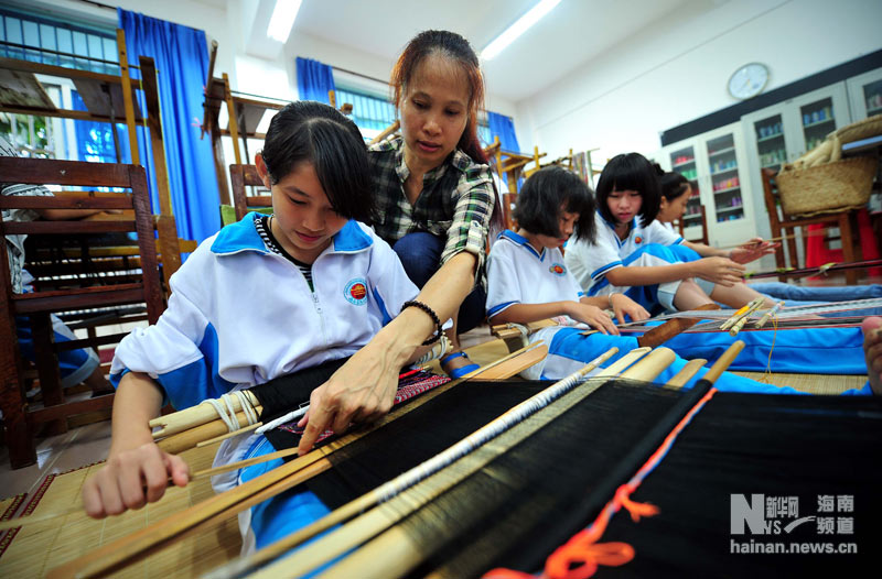 School training courses launched to boost Li brocade among youth