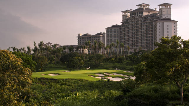 Enjoy your holiday season in world's 5 best golf resorts