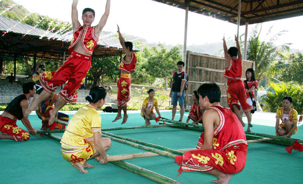 Bamboo Dance well received by Li people in Hainan