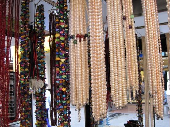 Go pearl shopping in local Sanya markets