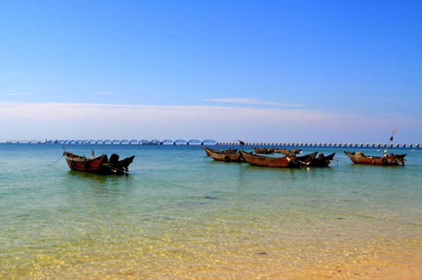 Boats anchored in the shallow beach water on Weizhou Island.[Photo/CRIENGLISH.com]
