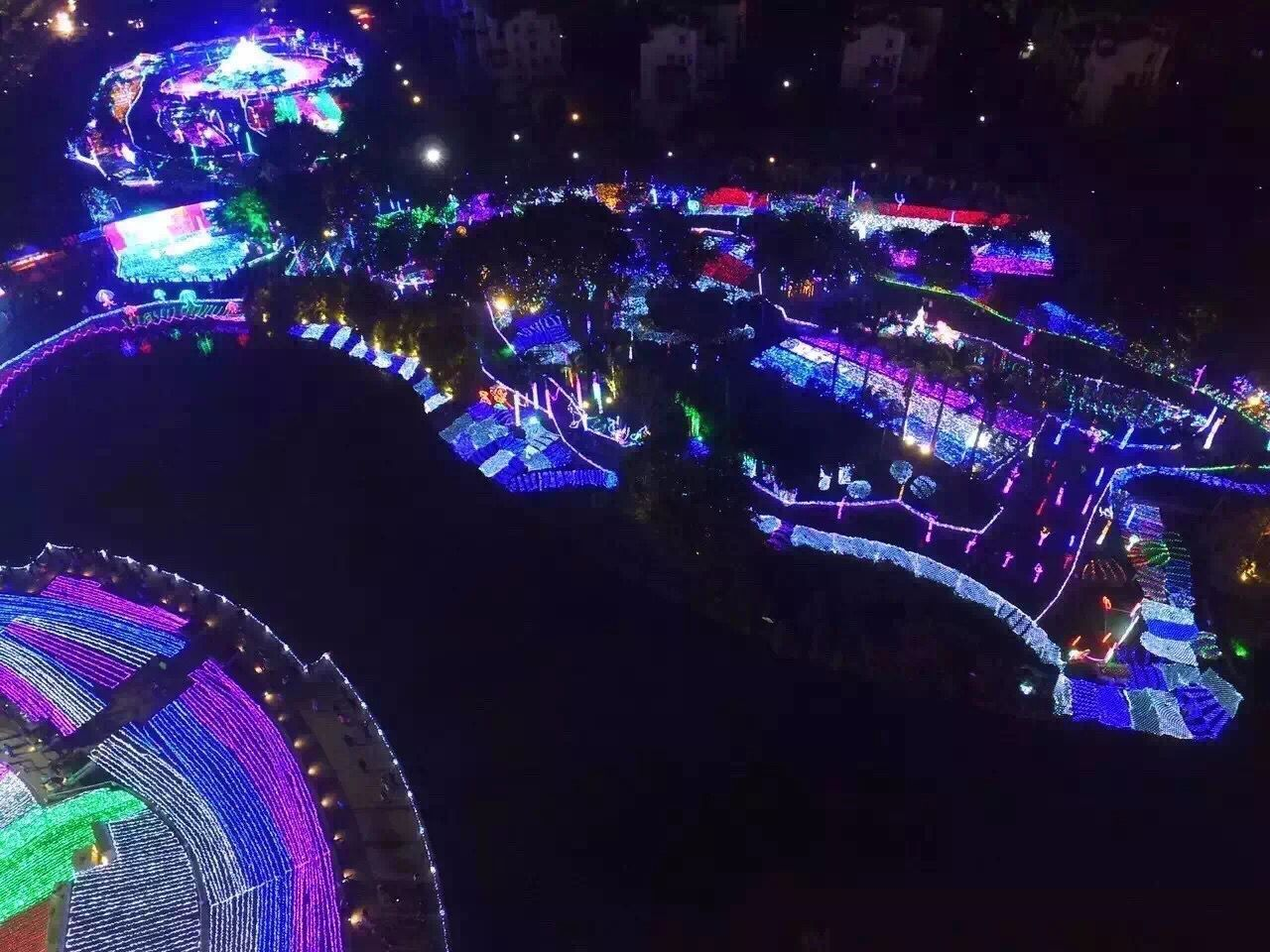Open air light show draws crowds at Danzhou Tropical Botanical Garden