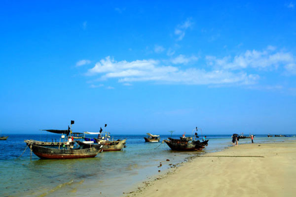 The beach on Weizhou Island is sparsely populated by tourists.[Photo/CRIENGLISH.com]