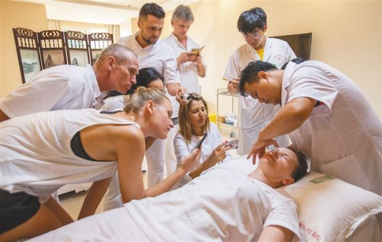Sanya TCM Hospital opens TCM courses for foreign trainee
